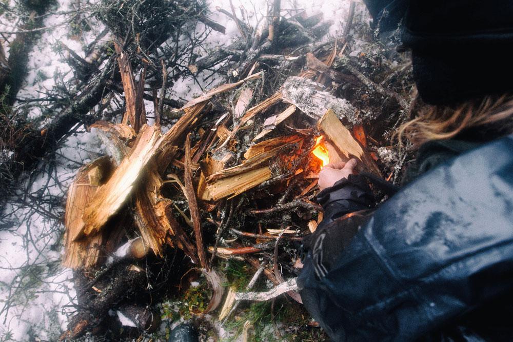 Feuerholz finden, Feuer machen unter 10cm feuchtem Schnee.